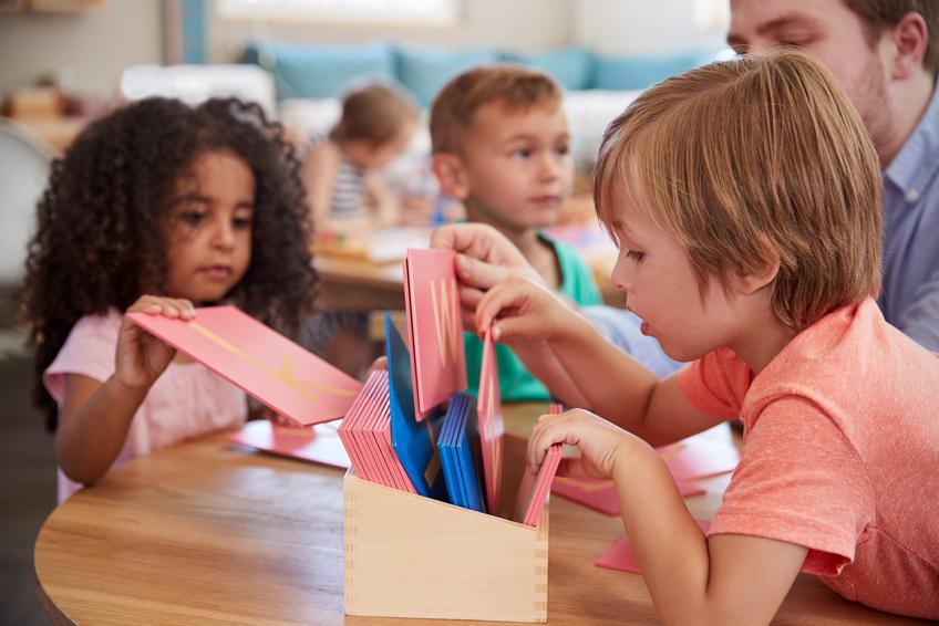 apprentissage enfants maternelle qui jouent